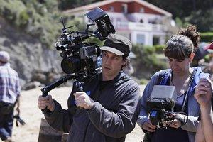 Pablo Agüero, cámara al hombro, durante el rodaje de 'Akelarre'.