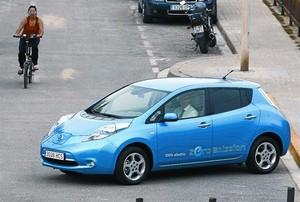 Prueba de un Nissan Leaf, un coche eléctrico, en Badalona.
