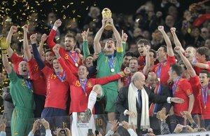 Los jugadores de la selección española levantan la Copa del Mundo en 2010.