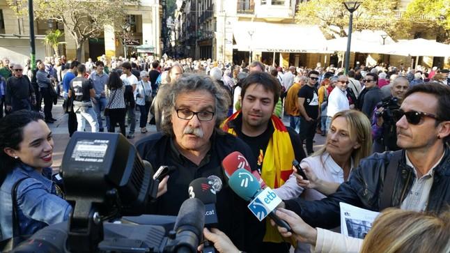 El diputado Joan Tardà y el secretario de organización de ERC, Isaac Peraire, este sábao en San Sebastián en la manifestación de apoyo a Arnaldo Otegi