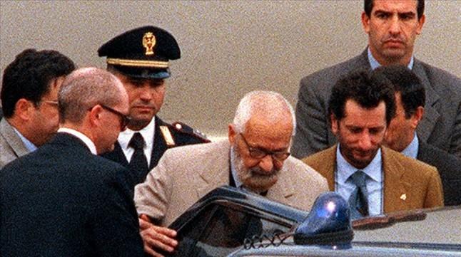 Licio Gelli , escoltado por la policía hace algunos años en Roma.