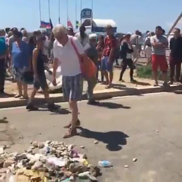La reacció davant el lloc on va caure abatut el terrorista de Niça.
