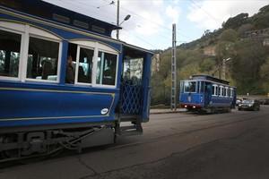 Dues unitats del Tramvia Blau es creuen a lavinguda del Tibidabo.