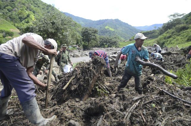 Varios residentes de ElSalgar buscan a desaparecidos.