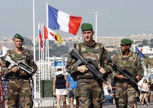 MIlitares franceses patrullan en Niza.