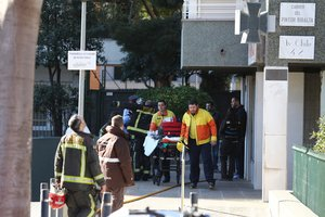 Servicios de emergencia en el incendio de este domingo en la avenida de Xile.