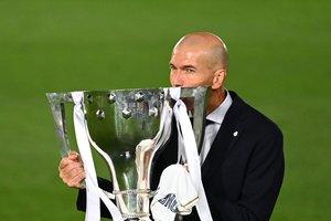 El técnico del Madrid Zinedine Zidane celebra la Liga con la copa.