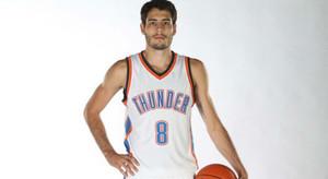 Abrines posa con la camiseta de los Thunder en el media day del equipo.