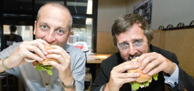 Adrián Milá y Claudio Hoyos, hincando el diente a una hamburguesa en LaBurg. Foto; DANNY CAMINAL