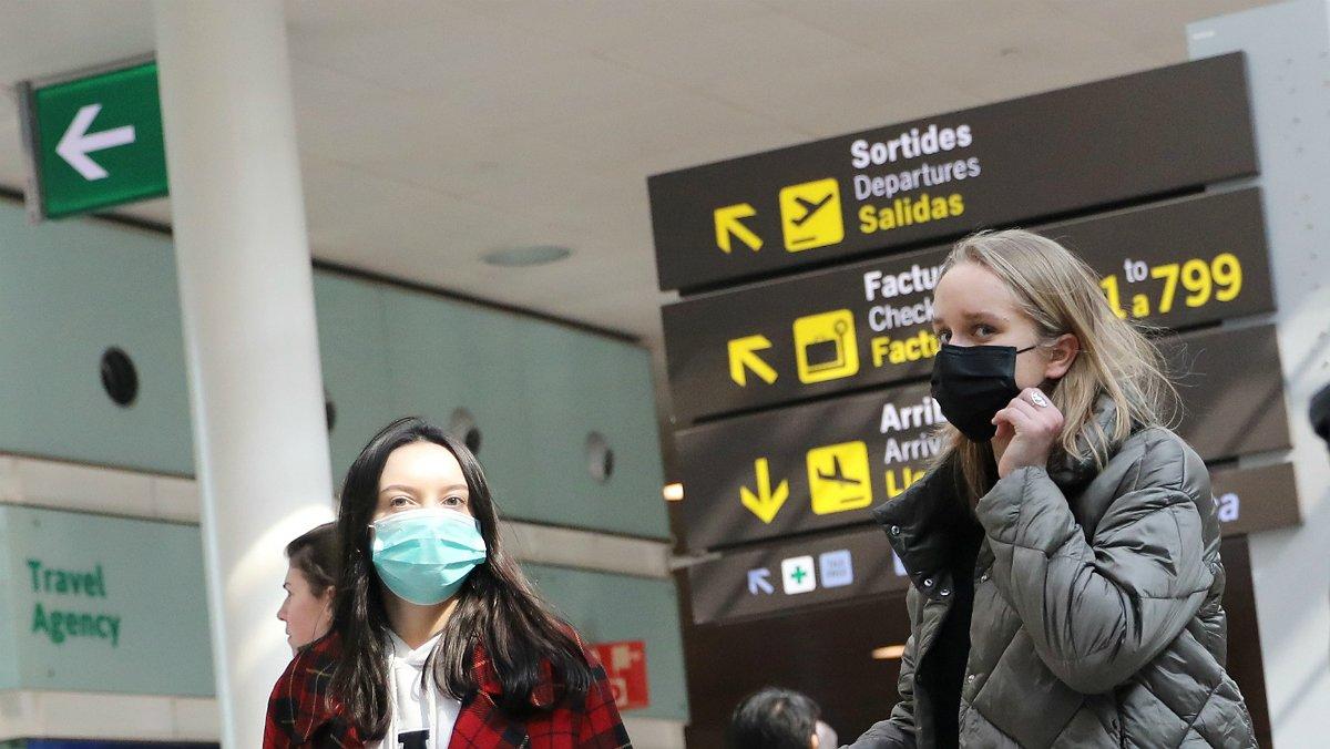 Pasajeras con mascarilla en el aeropuerto de Barcelona.