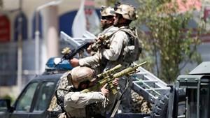 Un miembro de las fuerzas de seguridad afganas durante la operación en la Embajada de Irak en Kabul.