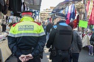 Un agente de los Mossos d'Esquadra y uno de la Policía Local en Esplugues.