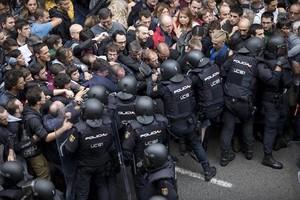 Agentes de la Policía Nacional intenta desalojar a los ciudadanos de la escuela Ramon Llull, el pasado domingo.