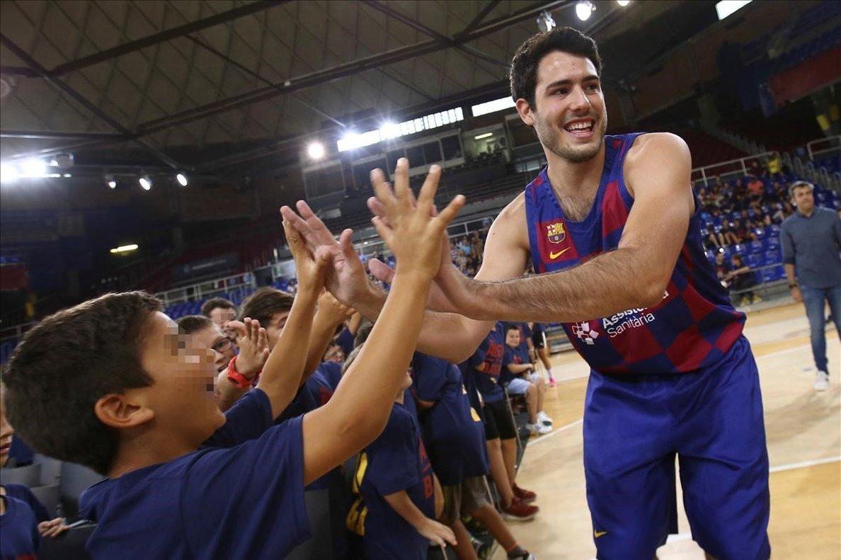 Álex Abrines saluda a unos niños en su presentación como nuevo jugador del Barça