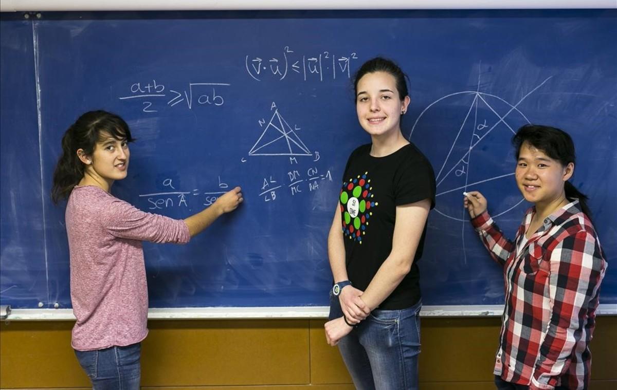 Victoria Arenas, Berta García y Lucía Ma Li, en la facultad de Matemáticas y Estadística de la UPC, tras concluir la primera jornada de la prueba clasificatoria para la Olimpiada de Matemáticas.