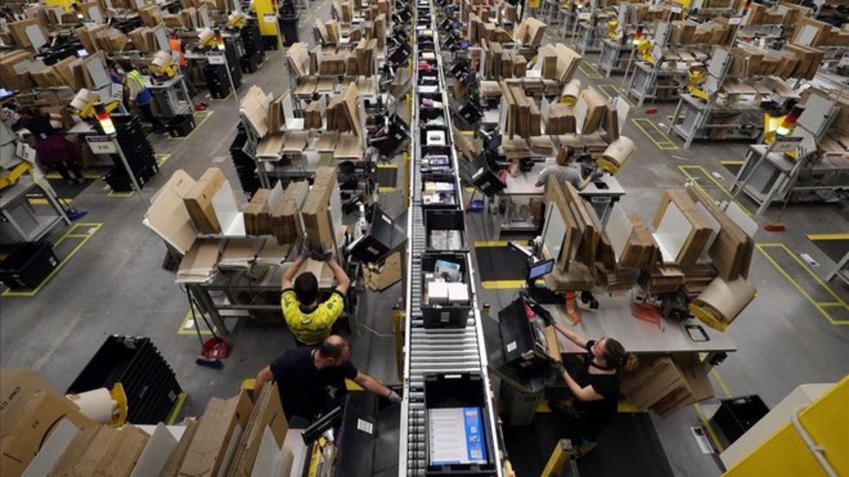 Trabajadores en una planta empaquetadora de pedidos de Amazon.
