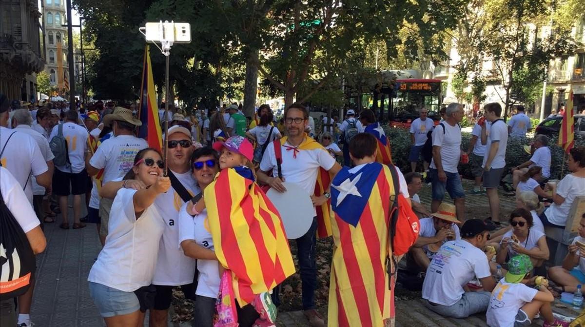 Ambiente festivo en el paseo de Sant Joan de Barcelona, dos horas antes de la manifestación de la Diada.