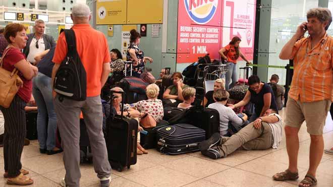 Així viuen els passatgers el col·lapse de l'aeroport del Prat per la protesta independentista