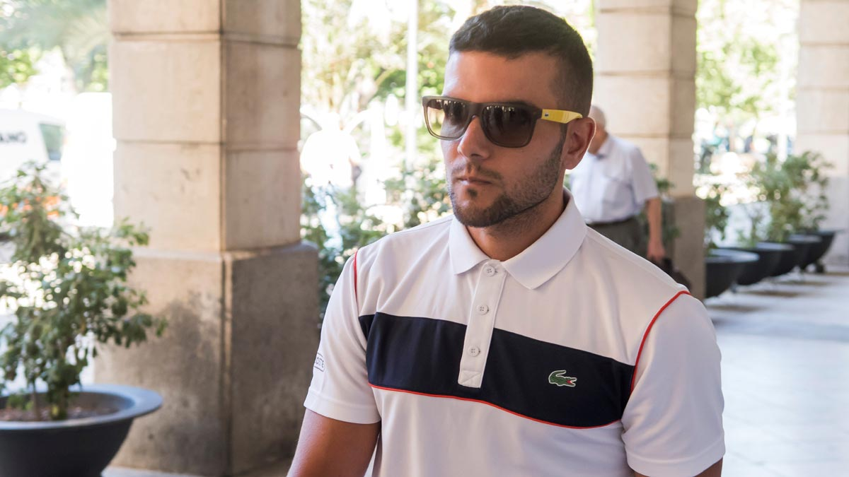 Ángel Boza, miembro de La Manada, regresa a prisión por robo con violencia.