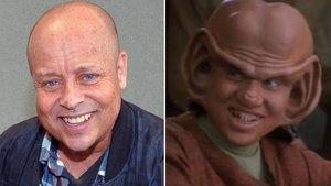 Aron Eisenberg, junto a una foto caracterizado para 'Star Trek: Espacio Profundo Nueve'.