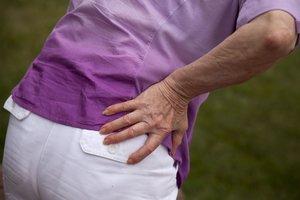 Una mujer con dolor de espalda.