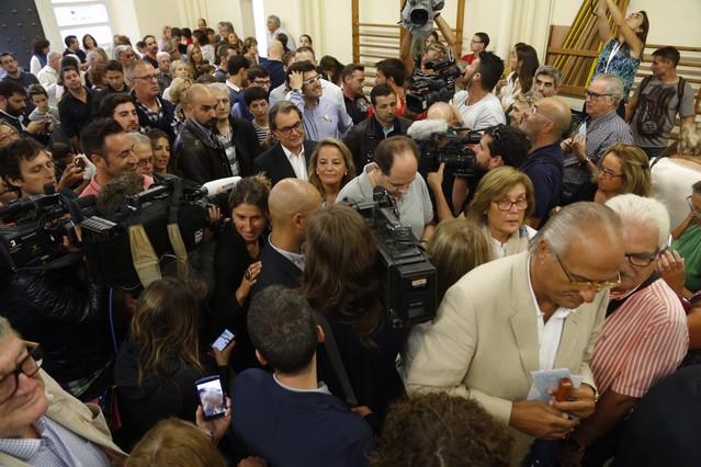 Artur Mas y su esposa esperan su turno para votar.