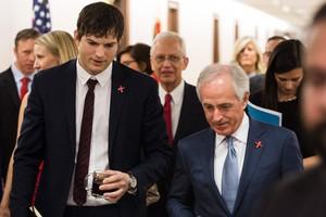 Ashton Kutcher junto al senador Bob Corker.