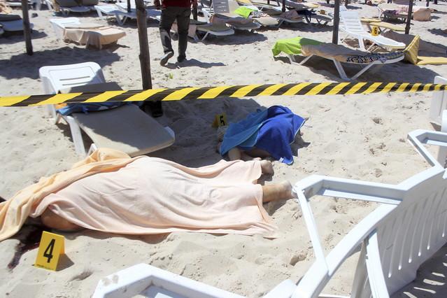 ATENTADO EN TÚNEZ. Víctimas de la acción terrorista de Susa, en la playa de uno de los hoteles atacados.