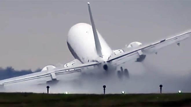Espectacular aterrizaje de un avión en Praga.
