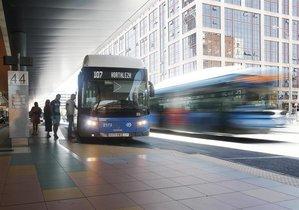 Varias personas se montan en un autobús de la EMTen la estación de Plaza de Castilla.