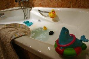 Una bañera, a punto para el baño de un menor.