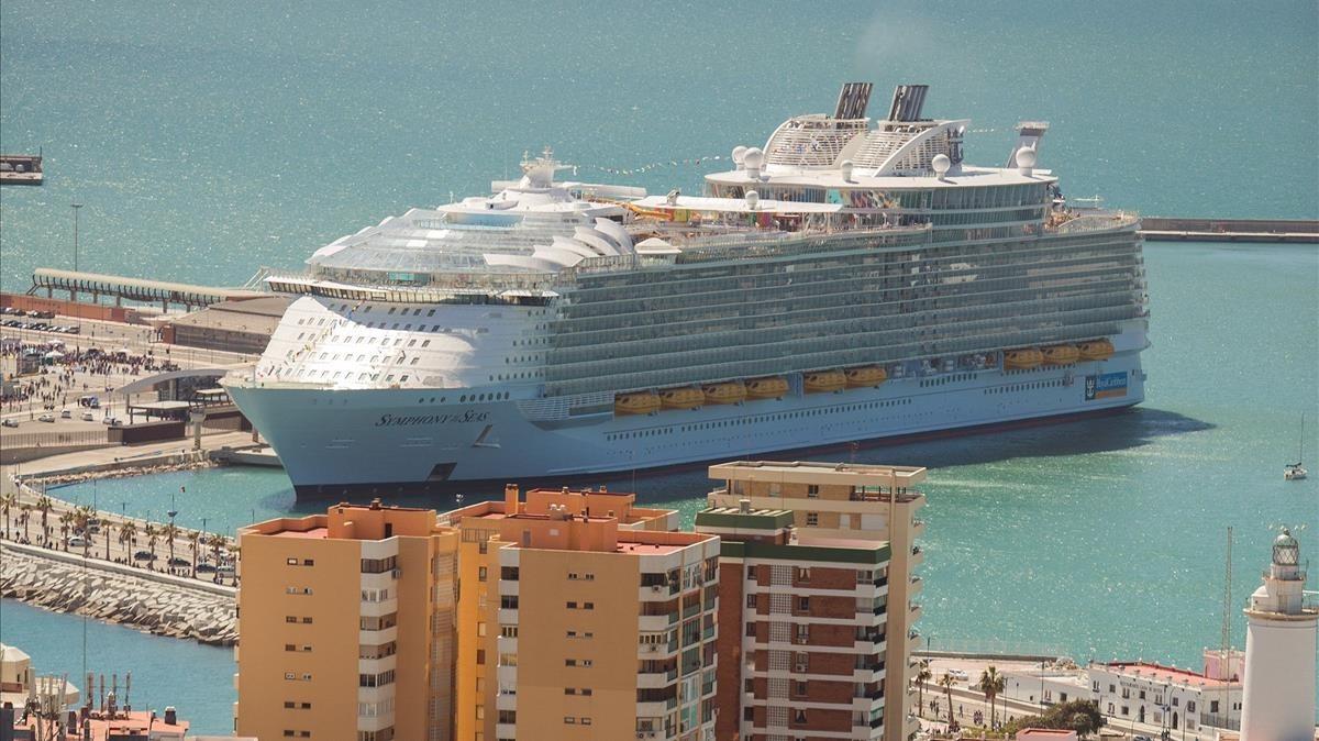El barco Symphony of the Seas, este martes en el puerto de Málaga.