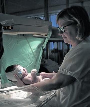 CUIDADOS. Una enfermera atiende a un recién nacido.