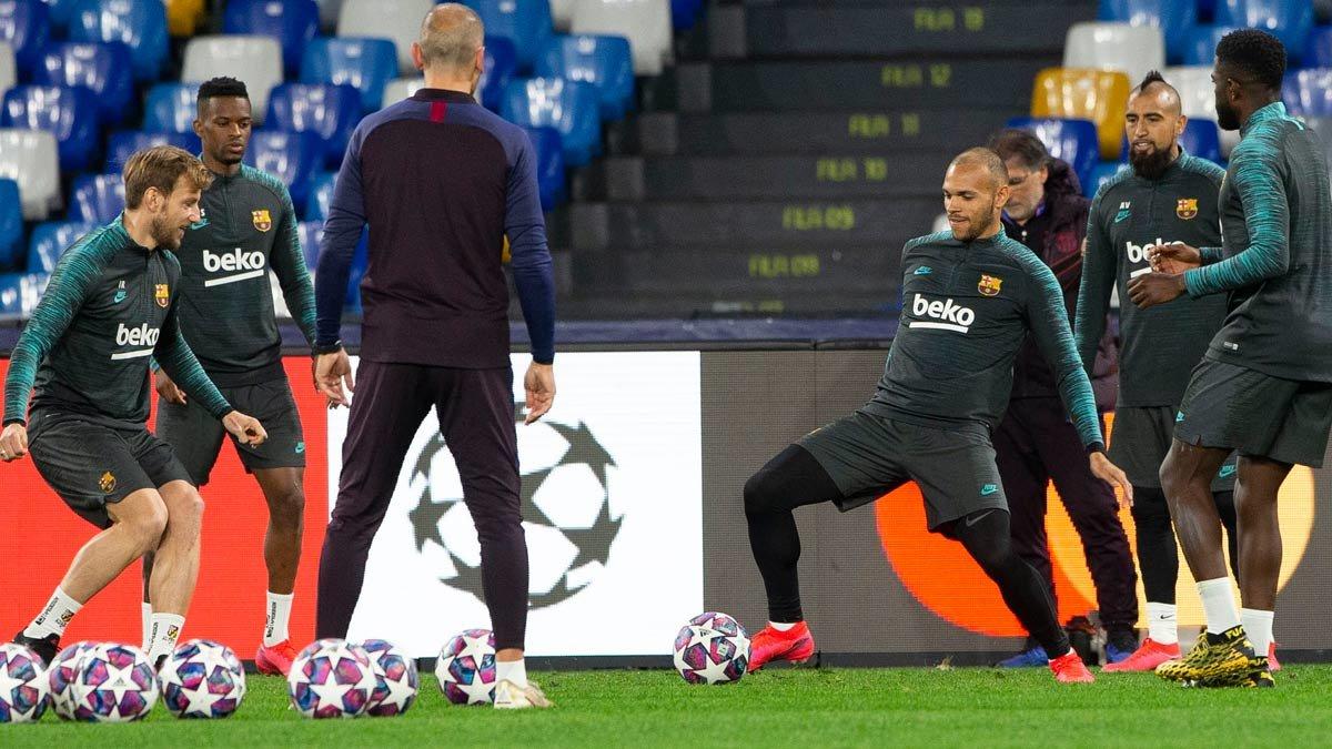 Braithwaite, en el centro del rondo del FC Barcelona en el entrenamiento previo al partido contra el Nápoles.