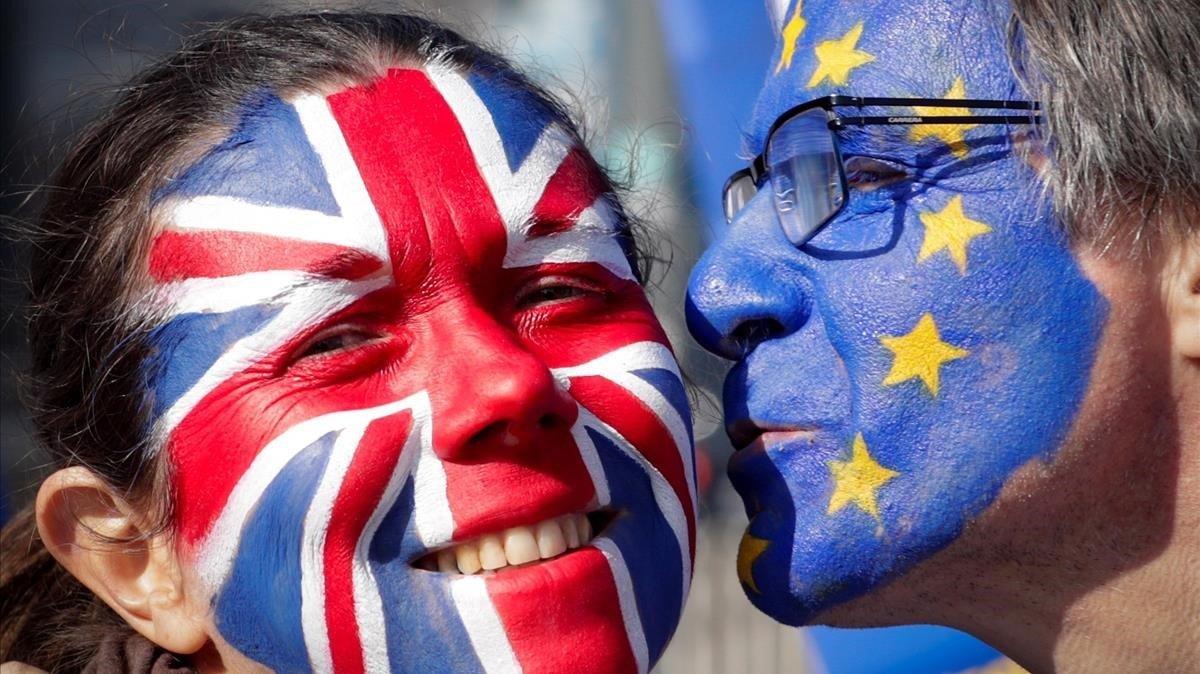 Dos activistas con las caras pintadas con la bandera británica y la de la Unión Europea participan en una manifestación contra el brexit en Bruselas.