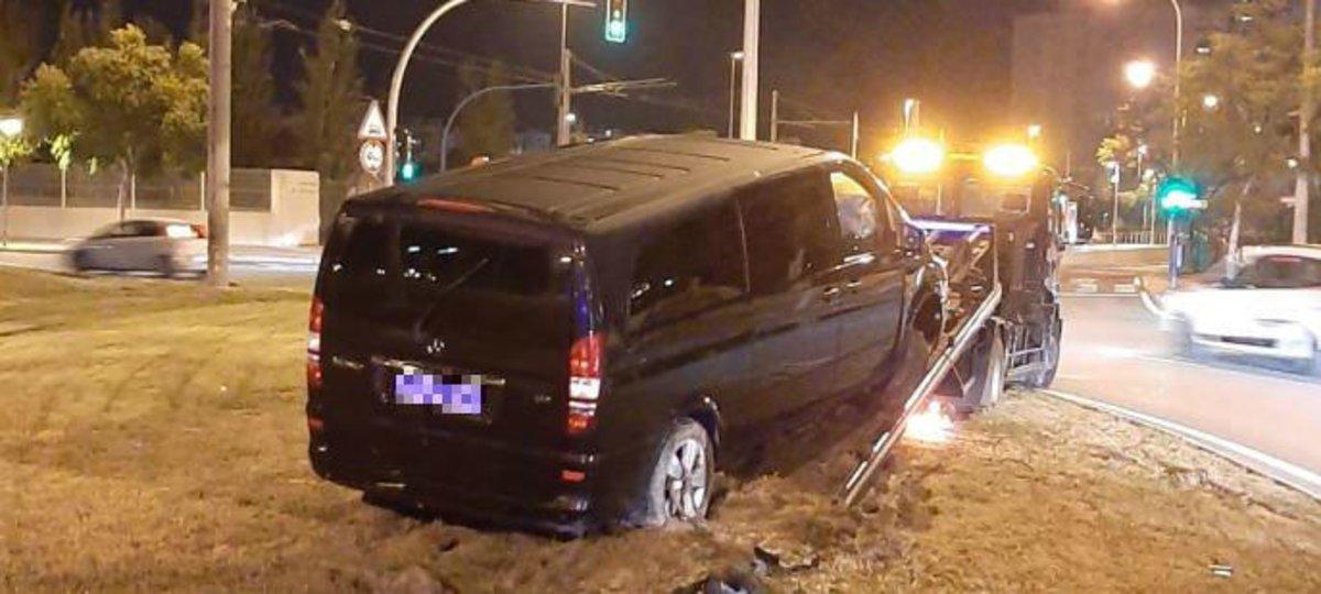 El coche de Cabify en la rotonda tras estrellarse.