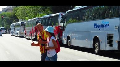 La calle de Aragó ha servido de parking para numerosos autobuses llegados a Barcelona para la Diada.