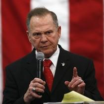 El candidato republicano para las elecciones legislativas de Alabama, Roy Moore, durante el mitin de este lunes.