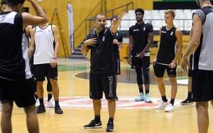 Carles Duran se dirige a los jugadores de la Penya en el primer entrenamiento de la temporada