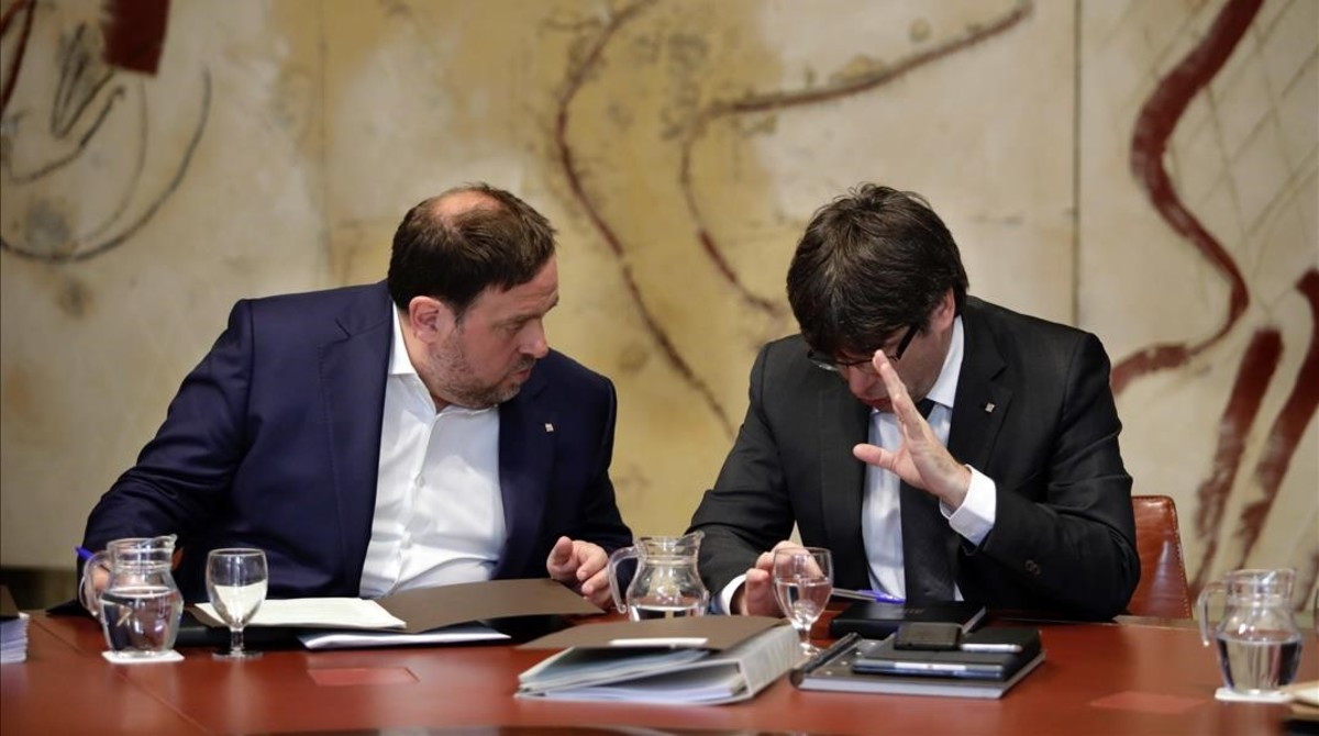 El president Carles Puigdemont y el vicepresidente Oriol Junqueras conversan antes de una reunión del Govern.