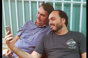 Carlos Bolsonaro junto a su padre Jair Bolsonaro foto de redes sociales.