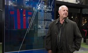 Carlos Kubala posa junto a una camiseta del Barça.
