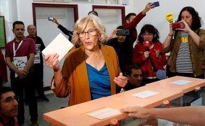 Manuela Carmena vota en el IES Conde de Orgaz de Madrid.