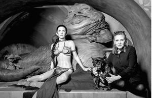 Carrie Fisher, junto a su perro Gary, el 31 de mayo del 2016 junto a la figura del museo de cera de Madame Tussaud, en Londres, que la representa con rehén de Jabba.