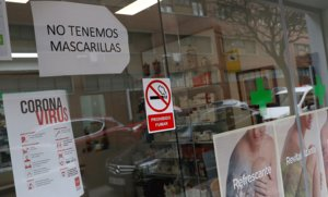 Cartel colgado en la puerta de una farmacia de Madrid para informar de la falta de mascarillas, el pasado 14 de abril.