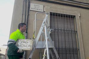 Un operariretira el cartell de la Ronda Alfons XII de Mataró.