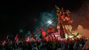 Celebración en la plaza Italia de Santiago de Chile tras la victoria de los partidarios de una nueva Constitución, la noche del domingo.