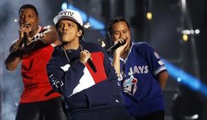 EMA101. Rotterdam (Netherlands), 06/11/2016.- US singer Bruno Mars (C) performs at the MTV Europe Music Awards (EMAs) 2016 at the Ahoy Rotterdam, in Rotterdam, Netherlands, 06 November 2016. (Países Bajos; Holanda) EFE/EPA/REMKO DE WAAL