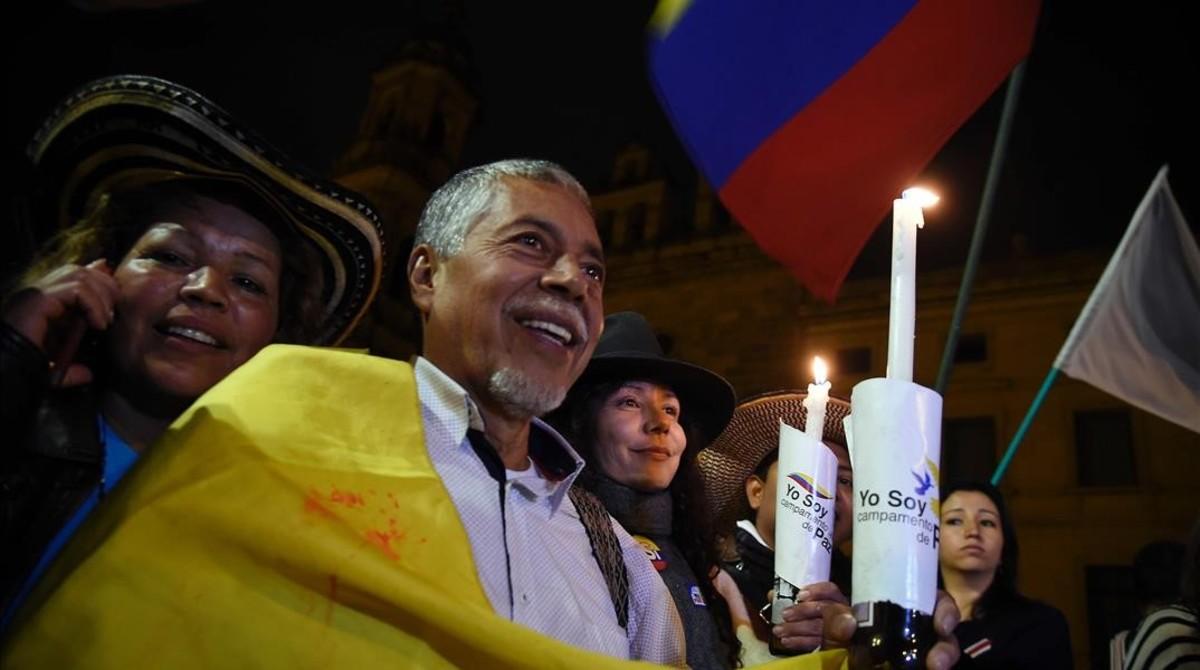 Un ciudadano participa en la celebración en Bogotá del acuerdo entre el Gobierno de Colombia y las FARC.