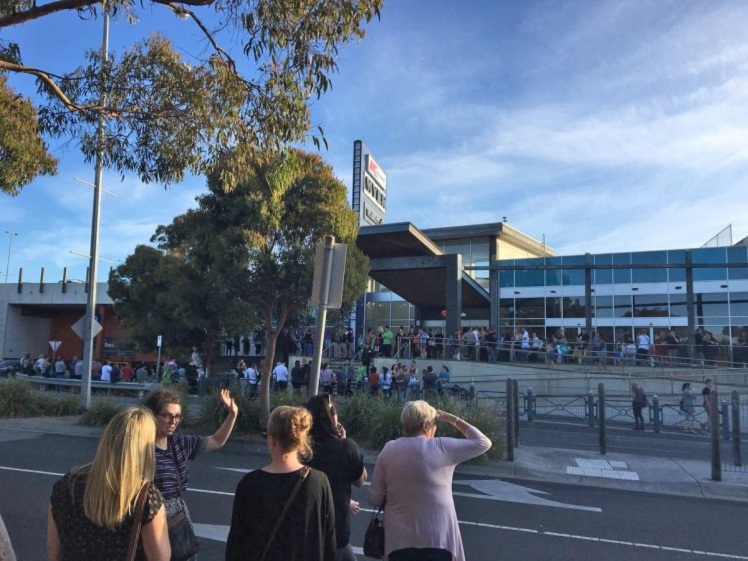 Ciudadanos frente al centro comercial evacuado en Frankston, al sur de Melbourne.